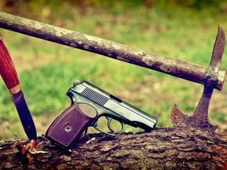 обои Пистолет нож,   топор на  бревне фото