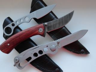 обои Три ножа на чехлах фото