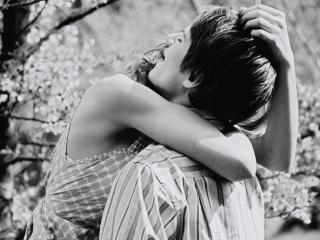 обои Пара обнимается в саду фото