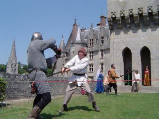 обои Поединок рыцарей у замка фото