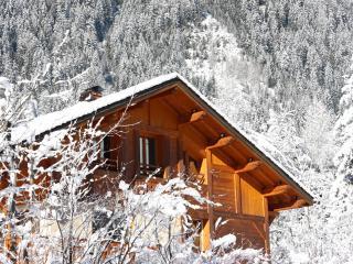 обои Деревяный дом в заснеженных горах фото