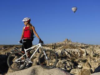 обои для рабочего стола: Девушка с горным велосипедом