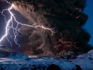 обои Вулканический пепел и большая молния фото