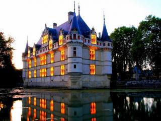обои Замок с горящими окнами фото