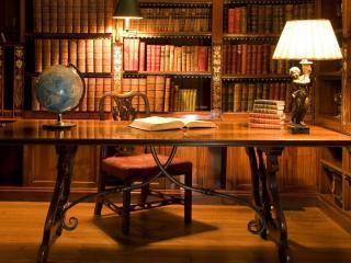 обои Библиотека и стол для чтения фото