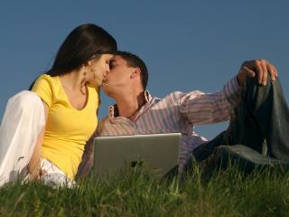 обои Влюбленная пара на траве с ноутбуком фото