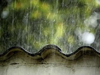 обои Крупные капли дождя капают на шифер фото