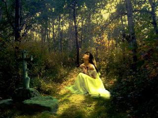 обои Девушка в лесу у креста фото