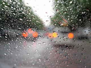 обои Капли дождя на автомобильном стекле фото