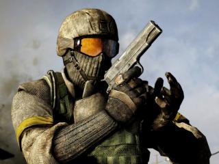обои Battlefield bad company,   солдат с пистолетом фото