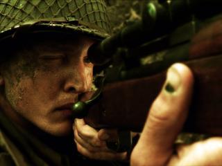 обои Солдат целится из винтовки фото