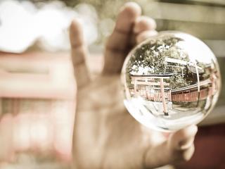 обои Зеркальный шар в руке фото