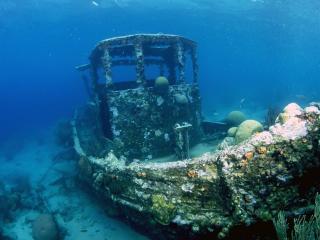 обои Затонувшая лодка на морском дне фото