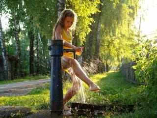 обои Девушка моет ноги под струей воды фото