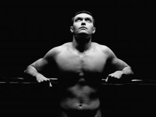 обои Взгляд мускулистого мужчины в вечность фото