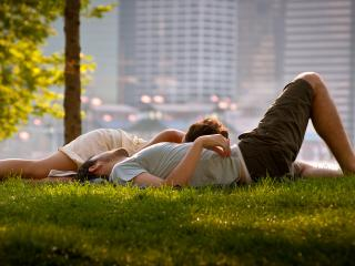 обои Парочка в парке на траве фото