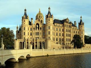 обои Городское здание у  воды и мост фото