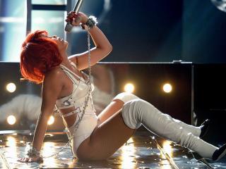 обои Rihanna на сцене поёт с микрофоном фото