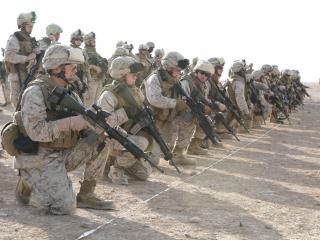 обои Американские военные с оружием у черты фото