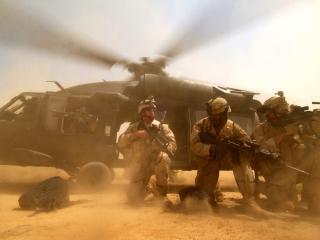 обои Высадка солдат с вертолёта в пустыне фото