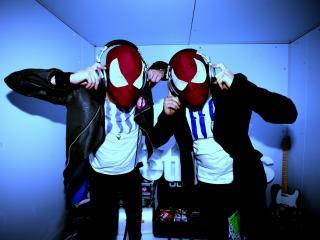 обои Диджеи в масках с наушниками фото