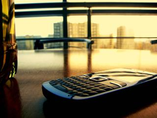 обои Телефон nokia на столе у окна фото