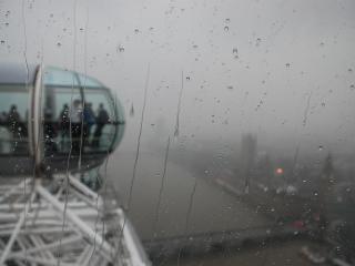 обои Вид дождливого Лондона с аттракциона фото