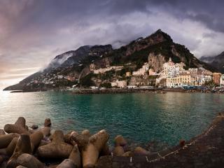 обои Город в окружении гор и моря фото