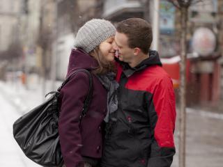 обои Сладкая парочка целуется на улице зимой фото