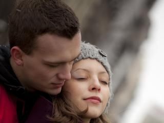 обои Парень обнял свою девушку,   закрывшую глаза фото