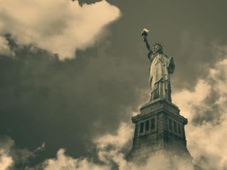 обои Статуя свободы в облаках фото