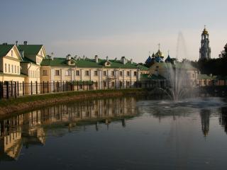 обои Городские дома и церковь у фонтана фото