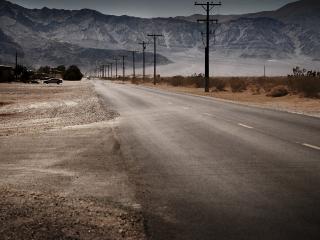 обои Дорога идущая возле вереницы гор фото