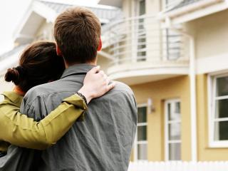 обои Влюбленные смотрят на дом фото