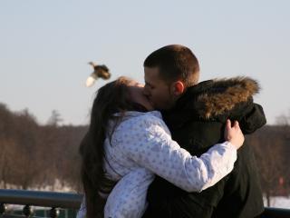обои Горячий поцелуй на мосту фото