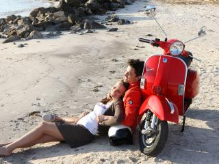 обои Девушка и парень у скутера фото