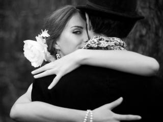 обои Девушка обнимает мужчину в шляпе фото