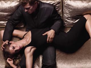 обои Мужчина с девушкой на диване фото