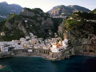 обои Красивый пейзаж города в горах у побережья фото