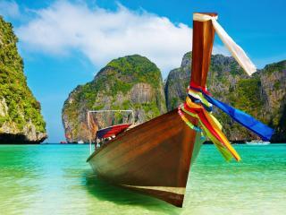 обои Лодка разукрашенная разноцветными ленточками фото