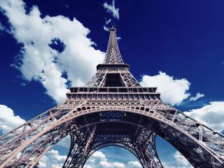 обои Эйфелева башня на фоне облаков фото