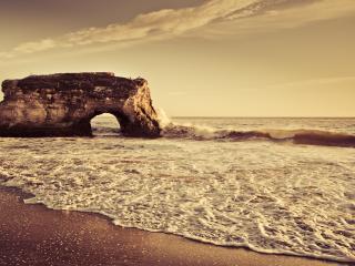 обои Скала в море на фоне неба фото
