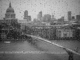 обои Вид города через мокрое окно фото