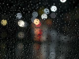 обои Дождь и вечерние блики на стекле фото