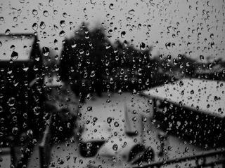 обои Зимний пейзаж из мокрого окна фото