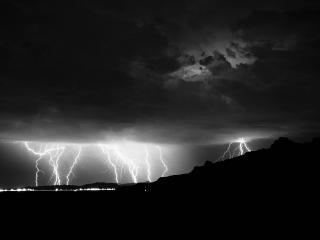 обои Разряды молнии на горизонте фото
