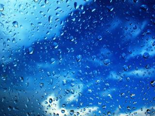 обои Небо с облаками через мокрое стекло фото