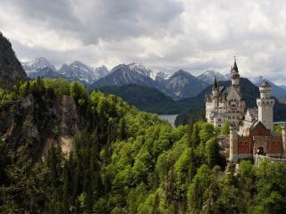 обои Замок в горах на зеленой скале фото