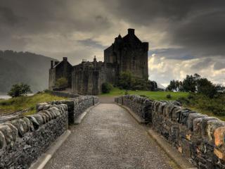 обои Замок в дождевых сумерках фото