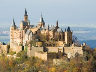 обои Красивый архитектурный ансамбль замка на холме фото